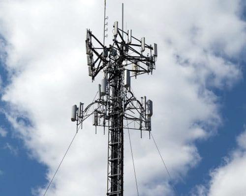 一个蜂窝天线塔孤立在蓝天白云之上.